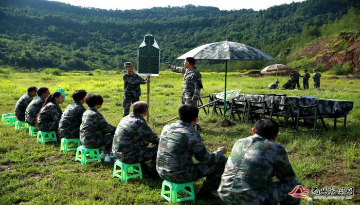 区四套班子领导参加军事日活动