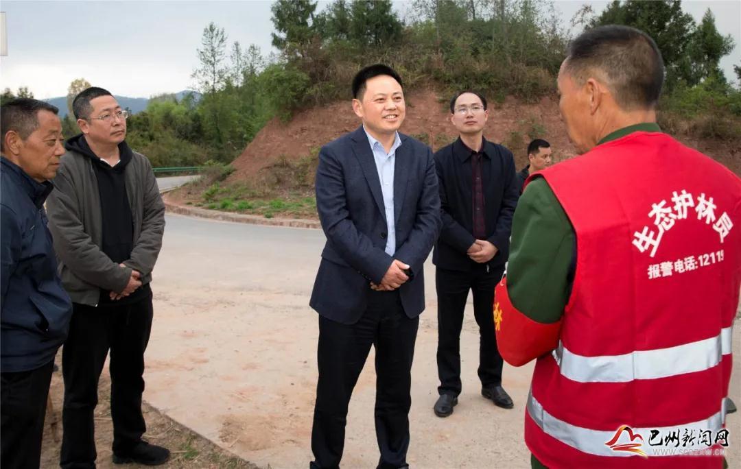余斌督导村(居)委会换届选举和森林防灭火工作