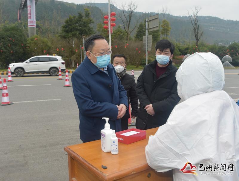 區委、區政府主要領導督查疫情防控工作