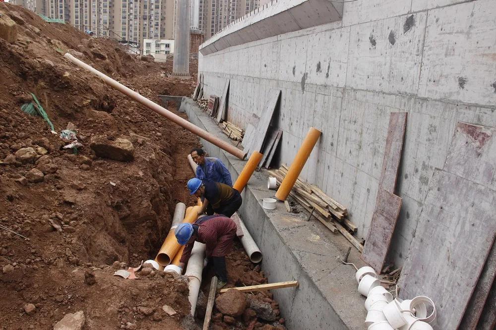 巴城玉堂桥:北延线道路路基已成型 进行桥墩浇筑施工